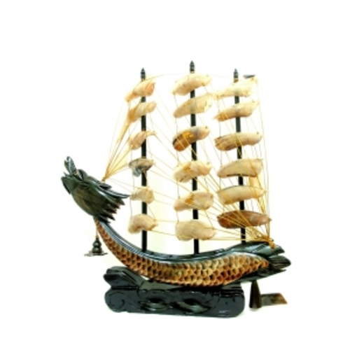 Китай корабль из рога 2 цв парусов треугольн (фа-рг-12)